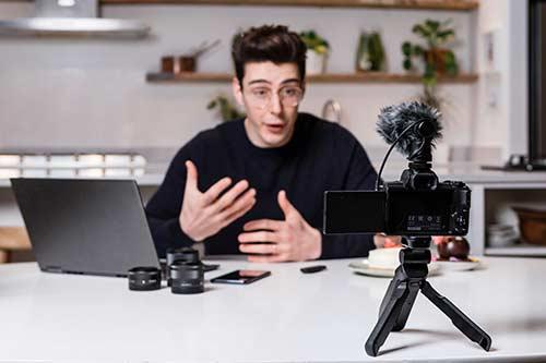 Mann erklärt vor der Kamera etwas ausführlich mit Gestik.