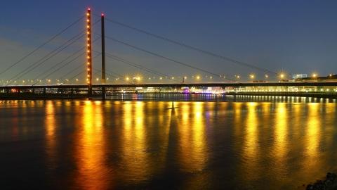 Nachtfoto im Düsseldorfer Medienhafen - Canon Academy