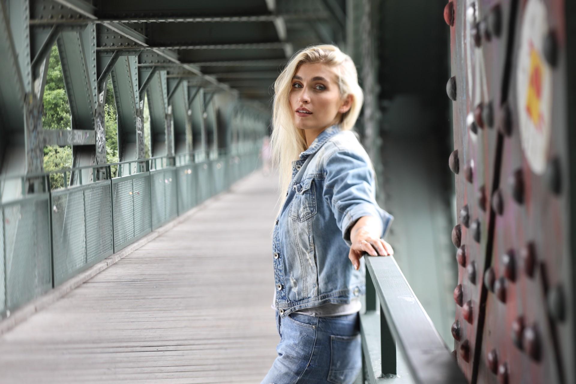 Blonde Frau auf einer Brücke