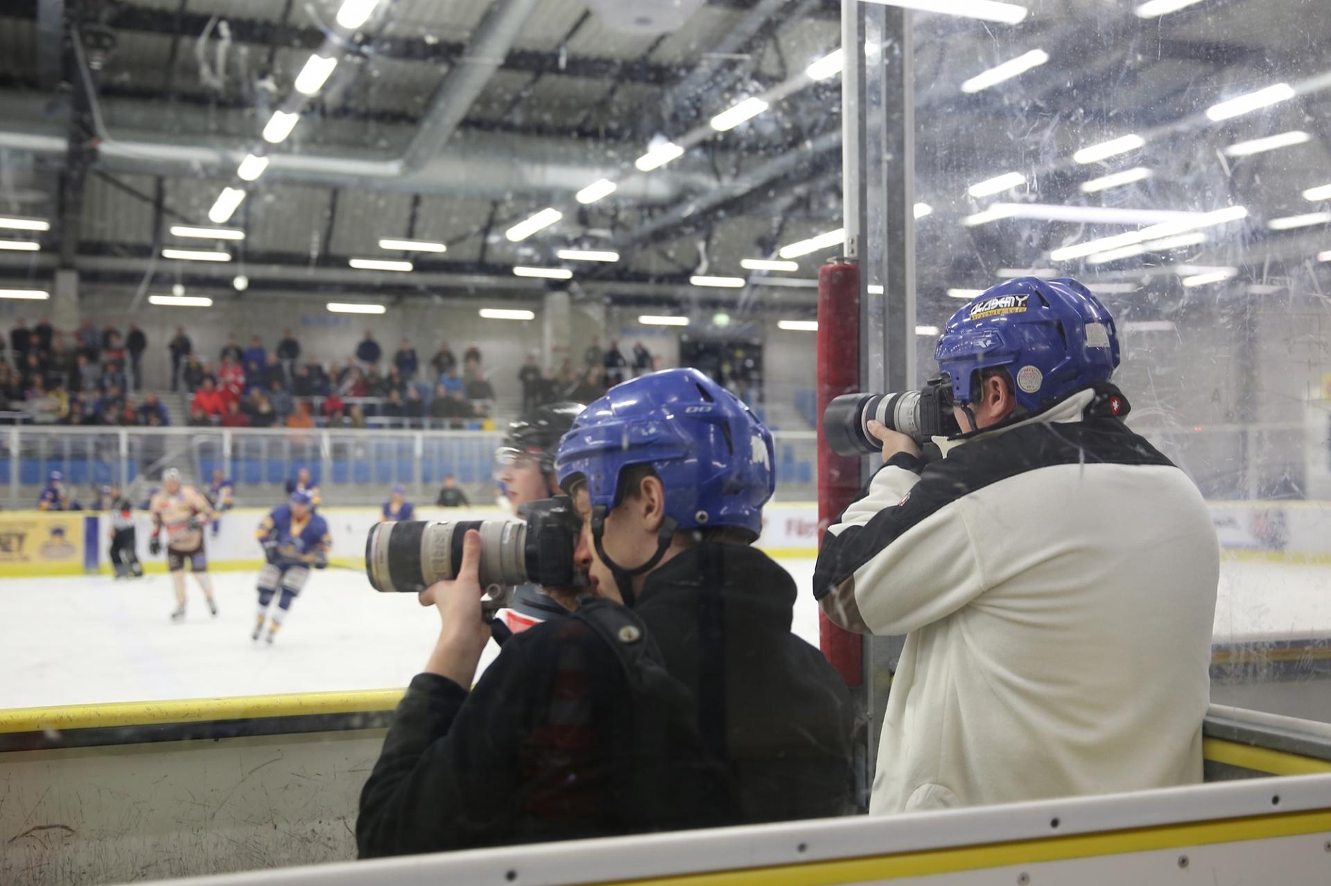 Männer fotografiert Eishockey mit Helm