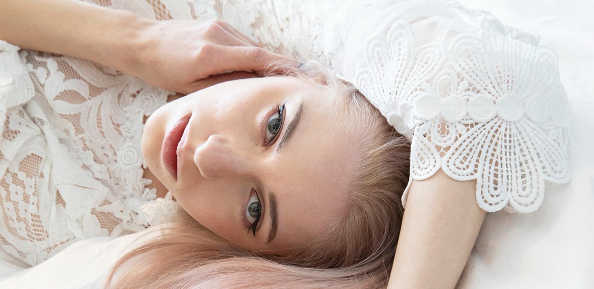 Blonde Frau auf Bett