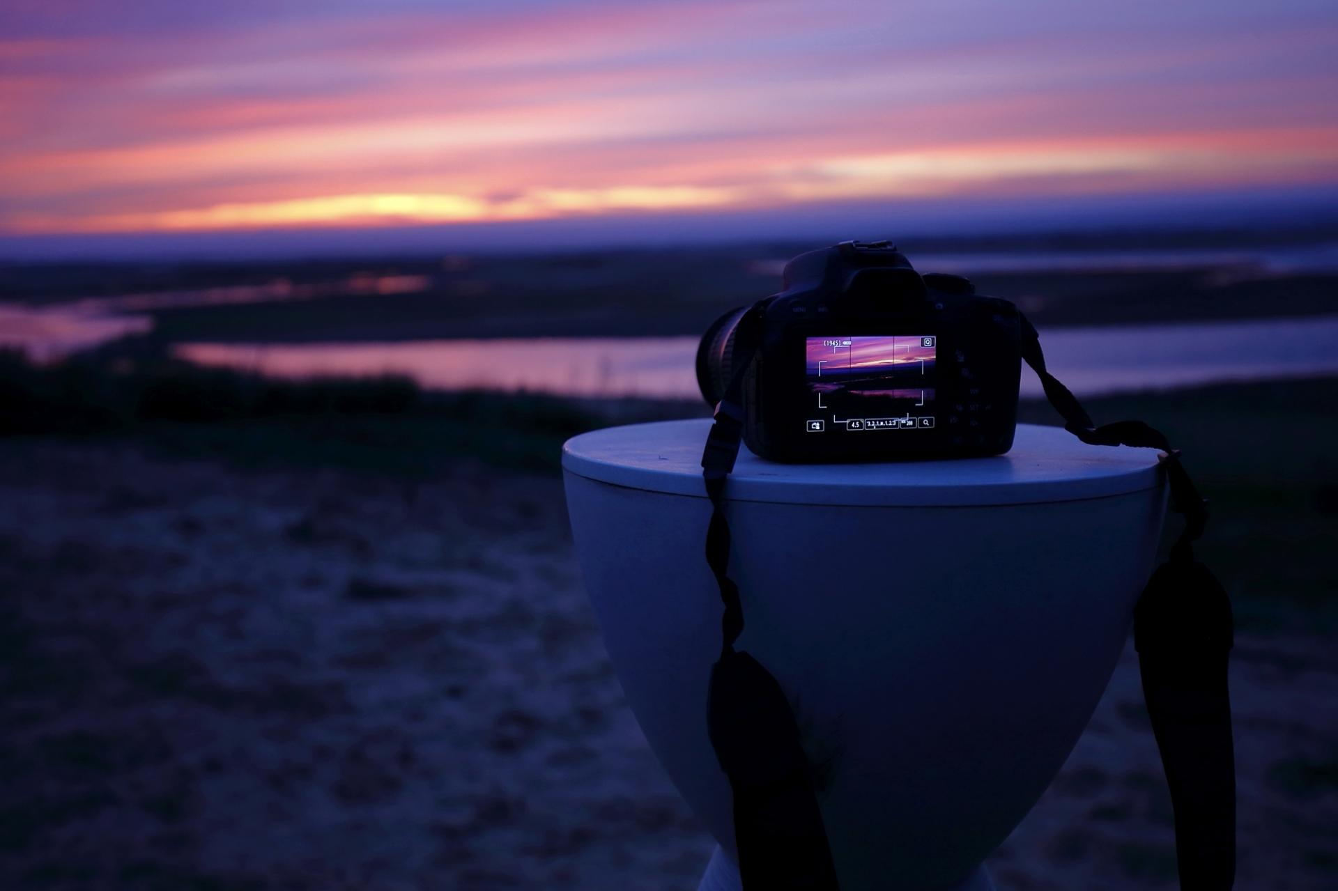 Sonnenaufgang am Meer mit Kamera im Vordergrund